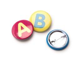 Buchstaben Buttons mit Anstecknadel